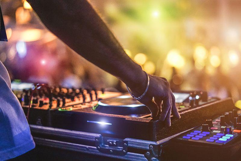 Saturday Night Party!!!!   Live DJ!!